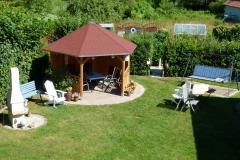 Liegewiese mit Pavillon